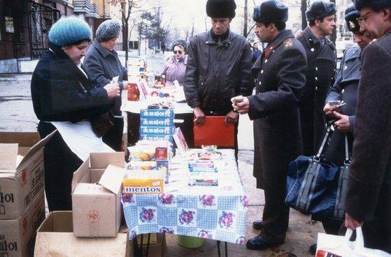 거리에 탁자를 내다놓고 한국산 초코파이 등을 판매하는 러시아 하바로프스크의 상인들. [중앙포토]