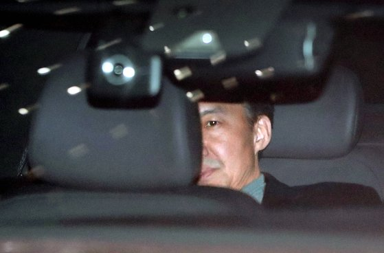 조국 전 법무부 장관이 지난달 21일 오후 서울 중앙지검에서 소환 조사를 마친 뒤 차량을 타고 밖으로 나서고 있다 [연합뉴스]