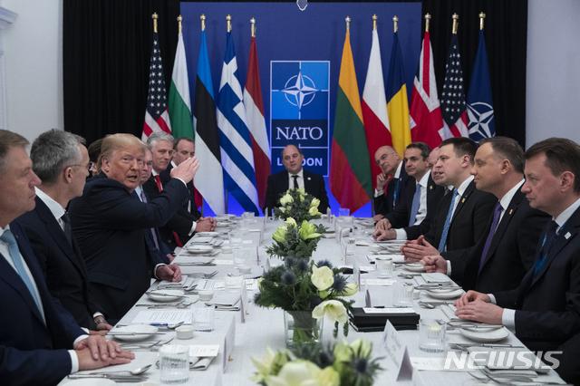 도널드 트럼프 미국 대통령이 4일 영국 런던 인근 왓포드에서 북대서양조약기구(NATO) 회원 29개국 중 '국내총생산(GDP)  대비 2% 방위비 지출' 약속을 지킨 영국, 불가리아, 에스토니아, 그리스, 라트비아, 폴란드, 리투아니아, 루마니아 등 8개국  대표들과 오찬을 가졌다. 트럼프 대통령은 이 자리에서도 방위비 증액을 압박하며 '돈을 안 내면 무역 관점에서 다룰 것'이라고 관세  부과 가능성을 거론했다. 왓포드=AP 뉴시스