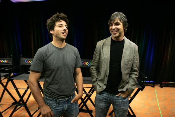 세계 최대 검색엔진 구글의 공동 창업자인 세르게이 브린(왼쪽)과 래리 페이지가 2008년 9월 구글의 새 브라우저 '크롬'을 발표하는 모습.AP 연합뉴스