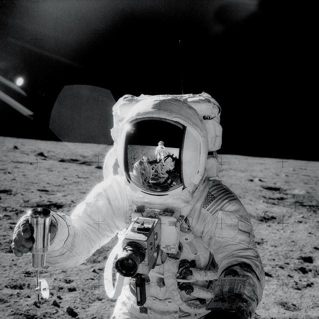 1969년 달에 착륙한 아폴로 12호 조종사 앨런 빈이 달 표면에 내려 월면토를 채취해 담은 특수용기를 들고 있다. NASA 제공
