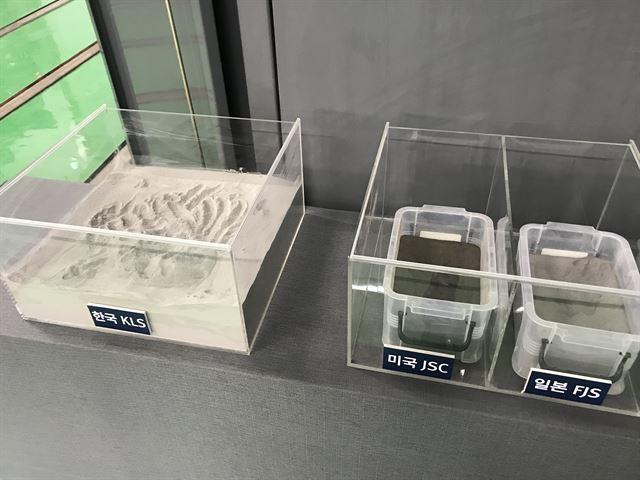 한국과 미국, 일본이 각각 자체 개발한 월면토. 자기 나라의 암석이나 화산재로 만들어 입자 크기와 색깔이 각기 다르다. 고양=임소형 기자