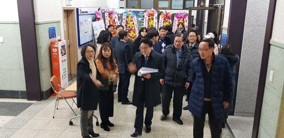북 콘서트 장에 들어선 황운하 대전지방경찰청장 [중앙포토]