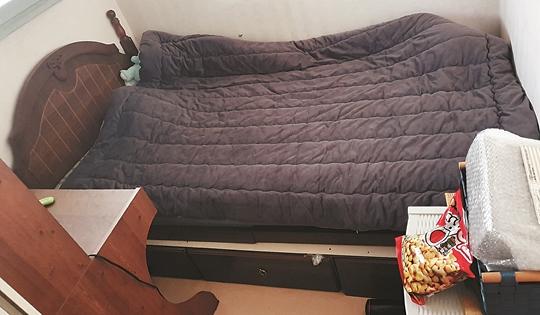 인천 부평구 영구임대아파트에 사는 민서(가명)네의 두 평 남짓한 방. 안규영 기자