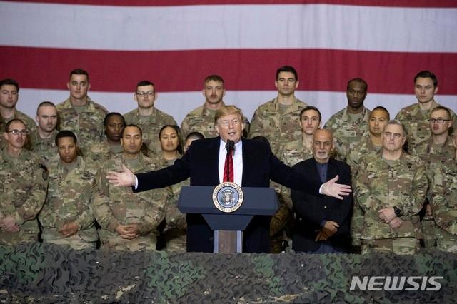 도널드 트럼프 미국 대통령이 28일(현지시간) 추수감사절을 맞아 아프가니스탄 수도 카불 인근 바그람 공군기지 주둔 미군 부대를 깜짝 방문해 아슈라프 가니 아프간 대통령이 참석한 가운데 장병들에게 연설하고 있다. 트럼프 대통령은 이날 아프간을 찾아 아슈라프 가니 아프간 대통령과 회담하고 바그람 공군 기지에서 미군 장병들과 추수감사절 식사를 함께했다. 트럼프 대통령의 이번 아프간 방문은 안전 문제를 이유로 철저하게 비밀리에 이뤄졌다. 2019.11.29. /사진=AP=뉴시스