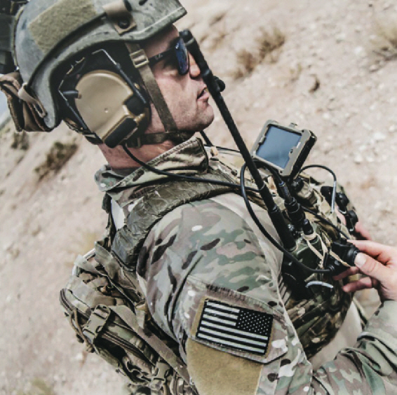 미 육군의 한 병사가 '갤럭시 S9' 전술용 스마트폰을 가슴에 차고 지휘부와 통신을 하고 있다.삼성전자 홈페이지