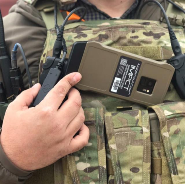 미 육군이 도입한 '갤럭시 S9' 전술용 스마트폰. 무게가 170g 불과해 가슴에 착용한 상태로 편리하게 사용할 수 있다.삼성전자 홈페이지