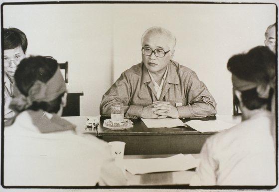 1988년 대우조선 옥포조선소에서 노동자들과 대화하는 김우중 전 대우그룹 회장. [사진 대우세계경영연구회]