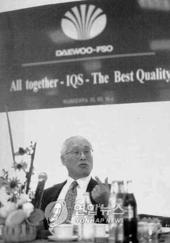 폴란드에서 세계경영 설명하는 김우중 전 회장 김우중 전 대우그룹 회장이 1996년 3월 13일 폴란드 바르샤바의 DAEWOO-FSO자동차 공장 회의실에서 자동차 출입기자들을 만나 대우의 세계경영에 대해 설명하고 있다. [연합뉴스 자료사진]
