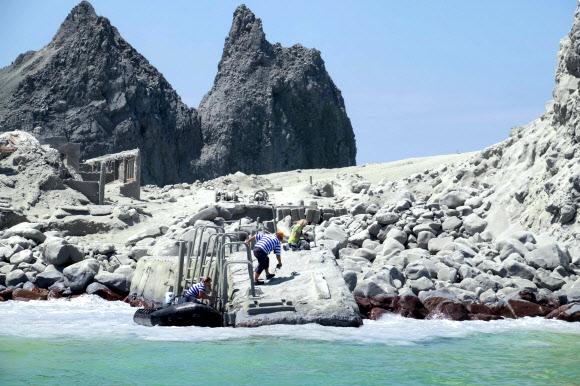 거진 생존자들이 모두 섬을 빠져나오고 마지막 생존자들이 떠날 채비를 하고 있다.마이클 셰이드 제공 AFP 연합뉴스