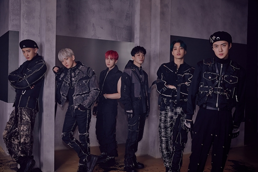 <p> [Entertainment team] 11 November is EXOs month was.</p><p>EXO the Regular 6 house 'OBSESSION'with 11 Monthly Album Chart 1 for swept. 11 27 released EXO Regular 6 house 'OBSESSION'is Wednesday(the 12th) announced the Gaon Album Chart(12 July 1~7 days)in 2 consecutive weeks # 1 is, of course, 11 Monthly Chart # 1 climbed on. Also this album Gaon Music Chart, including one from the charts, new country record, Yes24, hot tracks including various music charts in 11 Monthly Chart 1 for the master rights to, EXO power to once again realize was. Plus EXO is this album into the iTunes Top Album charts around the World 61 Area 1, China QQ Music, Cougar, house music, cookies, network, Music Digital Album Sales Chart # 1 climbed in, and the title song 'Obsession' too American Billboard World Digital Song Sales chart No. 1, Gaon download chart-Week 1, Music Broadcast 1 to such global popularity is proven in the US. Meanwhile, EXO is 14, Kuala Lumpur, Malaysia, from 'EXO PLANET #5 - EXplOration - in KUALA LUMPUR'to hold. (Photo: SM Entertainment)</p><p> Article tip</p>