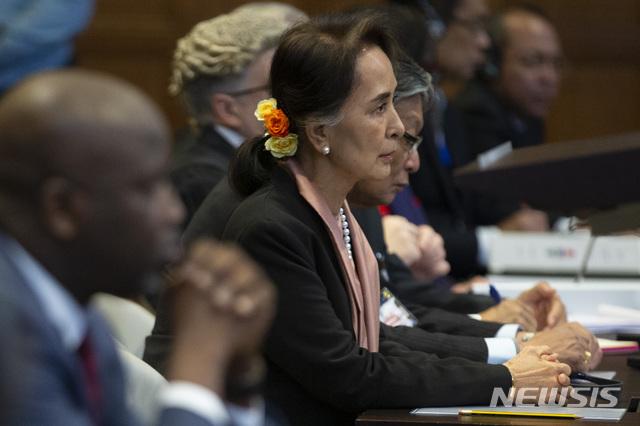 [헤이그=AP/뉴시스]미얀마의 실질적인 정치적 지도자인 아웅산 수지 국가자문이 10일(현지시간) 네덜란드 헤이그에서 열린 국제사법재판소(ICJ) 재판에 참석해 무표정하게 판사의 말을 듣고 있다. 수지 국가자문은 미얀마의 로힝야족 집단학살 사건과 관련해 정부 법률팀을 이끌고 미얀마 정부(군)을 변호하기 위해 참석했으며 재판은 10일~13일 사흘 간 진행된다. 2019.12.11