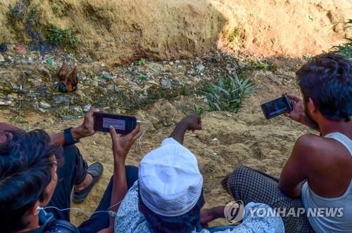 방글라데시 난민촌에서 수치 고문의 ICJ 발언을 시청하는 로힝야족 [AFP=연합뉴스]