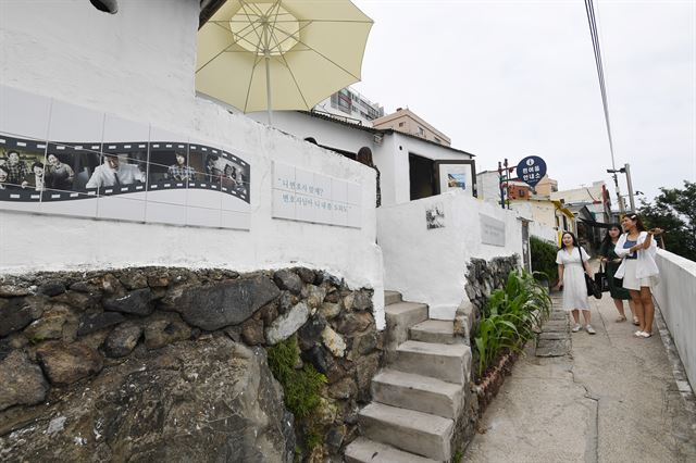 부산 영도구 흰여울문화마을을 찾은 관광객들이 영화 '변호인'에 나온 진우(임시완 분)의 집을 구경하고 있다. 진우의 집은 현재 흰여울문화마을 안내소로 쓰이고 있다.