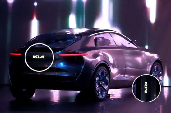 2019 제네바모터쇼에 선보인 'Imagine by Kia'의 차량에 부착된 새로운 로고. 대체로 긍정적인 평가지만 '즐'로 보인다는 지적도 나왔다. Kondor 유튜브 캡처