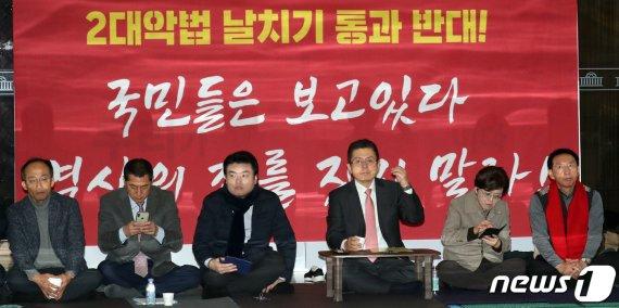 황교안 자유한국당 대표와 의원들이 15일 서울 여의도 국회 본회의장앞에서 패스트트랙법안 통과 반대 무기한 농성을 하고 있다. 뉴스1