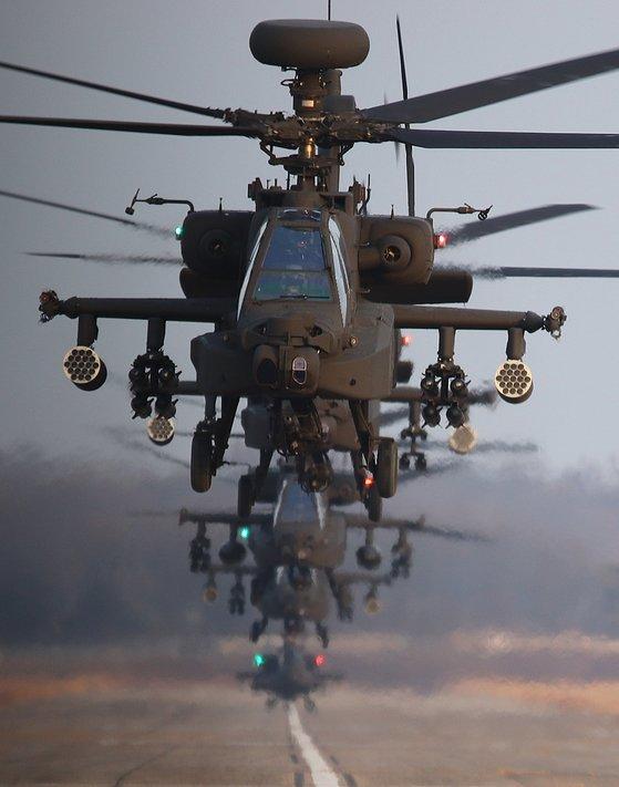 AH-64E아파치 가디언 편대가 활주에서 이륙하고 있다. 가장 앞에서 비행하는 롱보우는 개량 센서와 레이더를 갖추고 있다. [박용한 기자]
