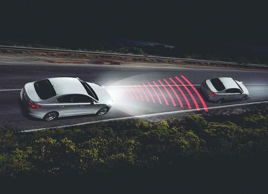 자율주행차는 카메라, 레이더, 라이다 등 자율주행 센서들로 주변환경을 인식하며 주행한다. 야간 주행 중 자율주행차의 레이더 센서의 전파가 퍼져나가면서 앞차와의 간격을 감지하고 있는 모습. 현대모비스 제공