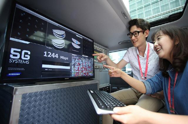 삼성전자 직원들이 5G 이동통신 장비를 점검하고 있다./사진제공=삼성전자