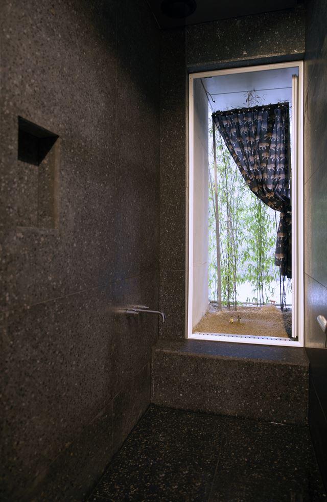지하 1층 '1인 목욕실'에 큰 창을 내어 노천탕의 느낌을 냈다. 유일주택에 사는 이들이 편안하게 휴식할 수 있게 배려한 공간이다. 홍석경씨 제공
