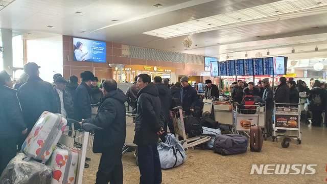 [모스크바=뉴시스]양소리 기자 = 11월21일 러시아 모스크바 공항에 북한 노동자들이 모여있다. 이날 약 100명의 노동자는 러시아 국영 항공사 아에로플로트를 통해 블라디보스토크를 경유, 평양으로 떠나는 고려항공에 탑승했다. 유엔 안전보장이사회의 대북 제재 결의에 따른 해외 근로 북한 노동자의 송환 시한이 오는 22일로 다가오며 러시아에서도 북한 노동자들의 철수가 이루어지고 있다. 2019.12.20. sound@newsis.com
