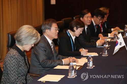 발언하는 문 대통령 (청두=연합뉴스) 이진욱 기자 = 문재인 대통령이 24일 중국 쓰촨성 청두 세기성 샹그릴라호텔에서 열린 한일 정상회담에서 발언하고 있다.  cityboy@yna.co.kr