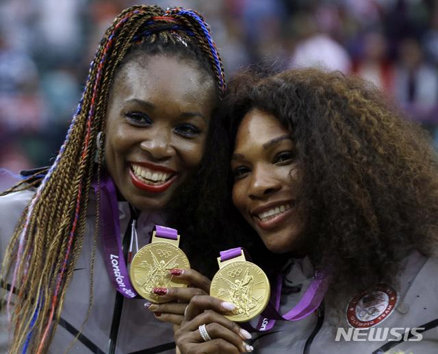 [런던=AP/뉴시스] 2012년 런던올림픽 테니스 여자 복식에서 금메달을 딴 세레나 윌리엄스(사진 오른쪽)와 비너스 윌리엄스. 2012.08.05