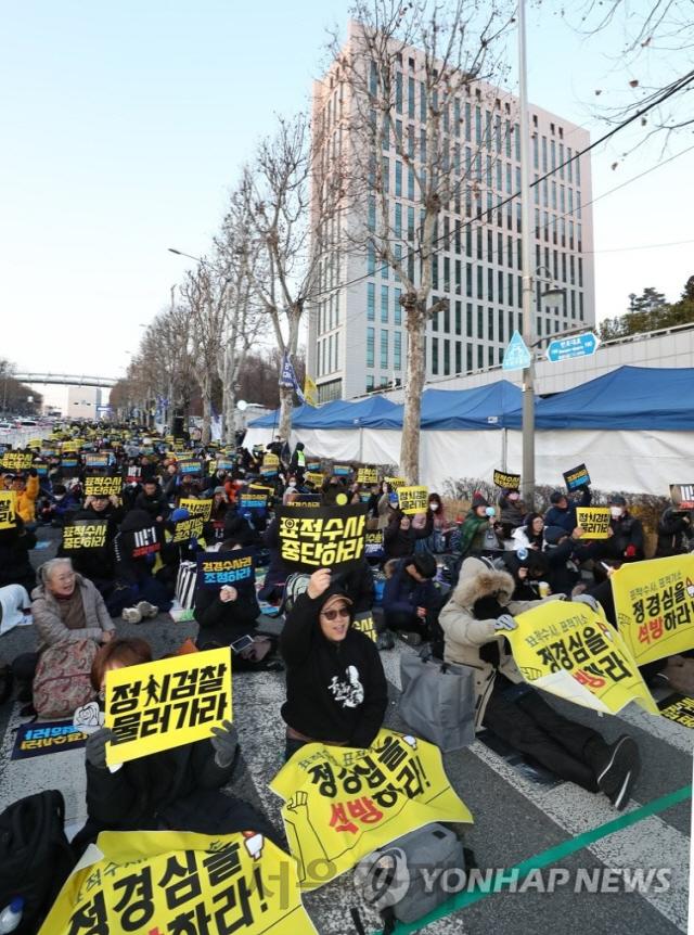 검찰 개혁 집회 참가자들이 4일 서초구 반포대로에서 구호를 외치고 있다./사진=연합뉴스