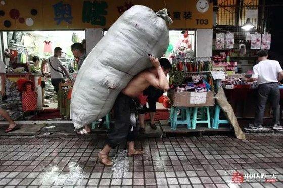 란광후이가 2013년 중국 충칭 차오톈먼 도매시장에서 짐을 나르고 있다. 하루 평균 1톤의 화물을 나른다고 한다. [중국 인민망 캡처, 쉬캉핑]