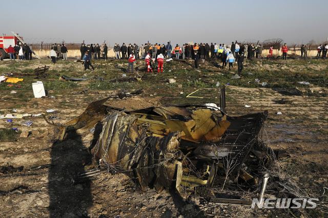 [ 테헤란=AP/뉴시스]이란 테헤란 인근에 8일(현지시간) 우크라이나 여객기가 추락해 기체 일부가 불에 탄채 땅바닥에 나뒹굴어 있다. 이번 사고로 탑승자 176명 전원이 사망했다. 202.01.11,