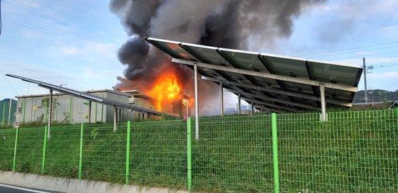 지난해 10월 27일 경남 김해시 한림면 장방리의 한 태양광발전 설비 내 에너지저장장치(ESS)에서 화재가 발생하고 있다. [연합뉴스]