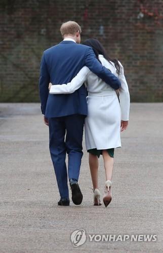 해리 왕자와 메건 마클 왕자비 지난 2017년 영국 해리 왕자와 메건 마클 왕자비가 런던 켄싱턴궁전에서 약혼 소식을 발표한 후 떠나고 있다. [EPA=연합뉴스 자료사진]