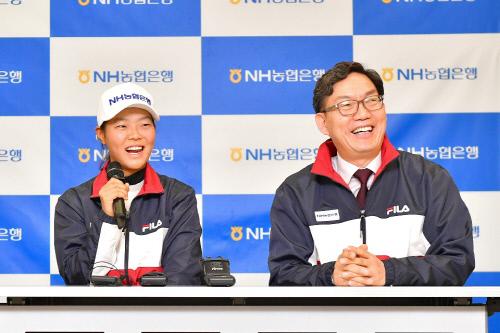 후원식에서 인터뷰 중인 백다연(왼쪽)과 이대훈 NH농협은행장. 제공 | NH농협은행