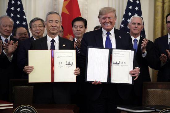 도널드 트럼프(오른쪽) 미국 대통령과 류허 중국 부총리가 15일(현지시간) 워싱턴DC 백악관에서 미중 1단계 무역 합의안에 서명한 뒤 이를 들어보이고 있다. [이미지출처=연합뉴스]