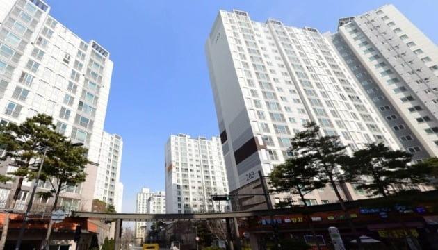 재개발구역 가운데 처음으로 민간택지 분양가 상한제가 적용됐던 서울 답십리동 '래미안위브(답십리16구역)'. 네이버거리뷰 캡처