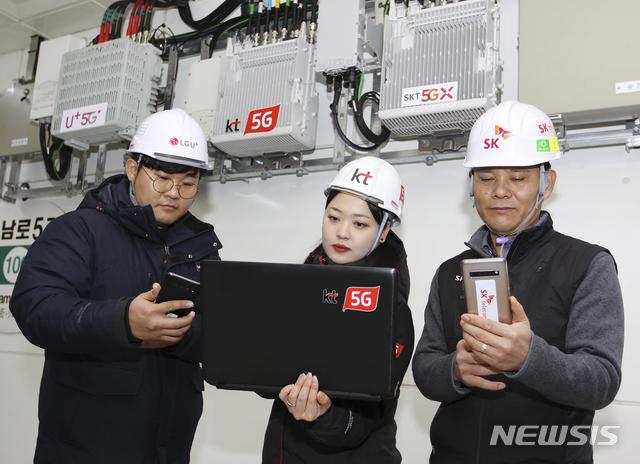 [서울=뉴시스]통신 3사가 광주광역시 지하철 전 노선에 5G 설비를 공동 구축하고 5G 서비스 개통을 완료했다고 17일 밝혔다. 통신 3사 네트워크 담당자들이 광주광역시 금남로 5가역에서 5G 네트워크 품질을 점검하고 있다. (사진=SK텔레콤, KT, LG유플러스 제공) 2020.01.17