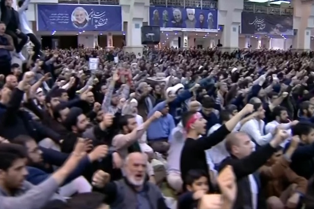 ▲ 17일  이란의 수도 테헤란에서 열린 금요 대예배에서 수많은 군중들이 최고지도자 하메네이의 연설에 환호하고 있다.ⓒAFP=연합