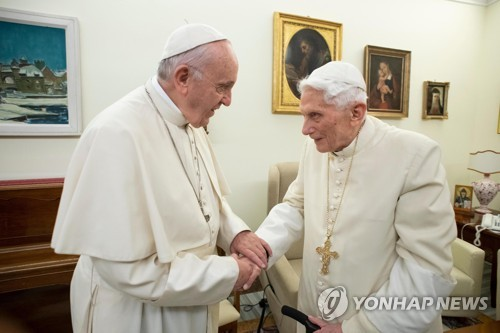 손 맞잡은 프란치스코 교황(왼쪽)과 베네딕토 16세. [EPA=연합뉴스]