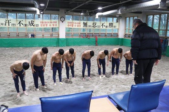 훈련을 마친 증평군천 씨름 선수단이 연승철 감독(오른쪽)과 인사하고 있다. 장진영 기자
