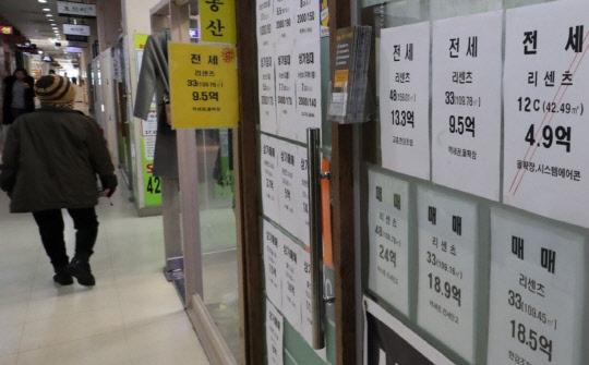 정부의 고강도 부동산 대책이 연일 나오는 가운데 갭투자를 막기 위한 '시가 9억원' 초과 주택의 전세대출이 본격적으로 금지된다. 하지만 한강이남을 중심으로 전세가격 상승이 이어지고 있는데다 전세보증금 반환사고도 큰 폭으로 늘고 있어 아파트 전세시장의 불안정세는 한동안 이어질 전망이다. 사진은 지난 19일 서울의 한 부동산 중개업소 모습.     연합뉴스