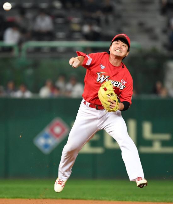 지난해 부진을 보인 SK 유격수 김성현은 올시즌 주전을 지키기 위한 치열한 경쟁을 해야한다. 스포츠조선DB