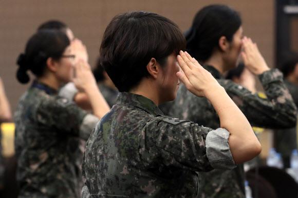 경례하는 국방여성 - 6일 서울 용산구 국방컨벤션에서 열린 68주년 여군 창설 기념 '국방여성 리더십 발전 워크숍' 참석자들이 국기에 대한 경례를 하고 있다. 2018.9.6 연합뉴스