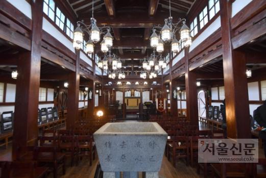 바실리카 예배당 내부 또한 한옥 양식을 최대한으로 살렸다.