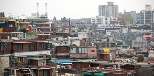서울은 올해도 전국에서 가장 많이 오른 공시가격으로 보유세 부담이 커질 전망이다. 사진은 용산구 한남동 일대 단독주택 단지 전경.<연합뉴스>