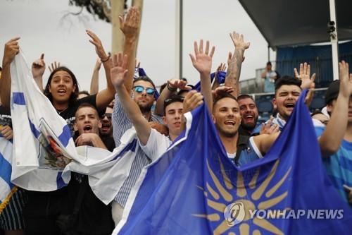 22일 경기에서 사카리를 응원하는 그리스 팬들. [EPA=연합뉴스]