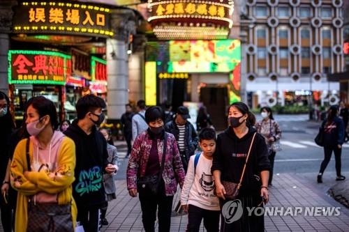 마스크 착용한 마카오 행인들 (마카오 AFP=연합뉴스) 마카오에서도 '우한 폐렴'(신종 코로나바이러스 감염증) 확진자가 발생한 것으로 알려진 22일 행인들이 마스크를 쓴 채 마카오 거리를 걸어가고 있다. leekm@yna.co.kr
