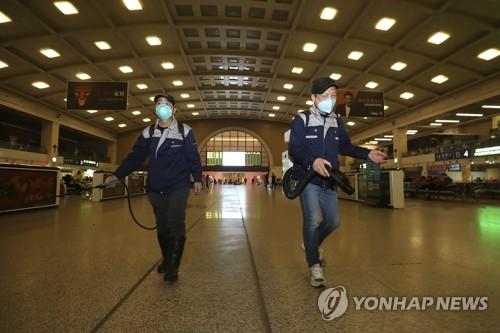 중국 우한 기차역 방역작업 (베이징 AP=연합뉴스) 신종 코로나바이러스가 급속히 확산하고 있는 중국 후베이성 성도 우한의 한 기차역에서 22일 직원들이 소독약을 뿌리며 방역작업을 벌이고 있다. leekm@yna.co.kr