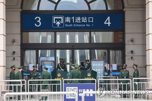 23일 무장경찰이 폐쇄된 우한의 기차역을 지키고 있다. [EPA=연합뉴스]