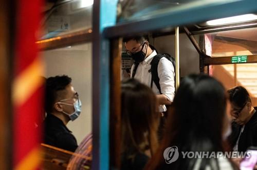 23일 홍콩에서 마스크를 쓴 통근자들 [AFP=연합뉴스]
