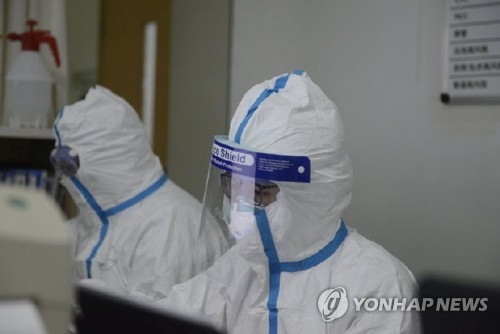 우한에서 환자를 살피는 의료진 [로이터=연합뉴스]